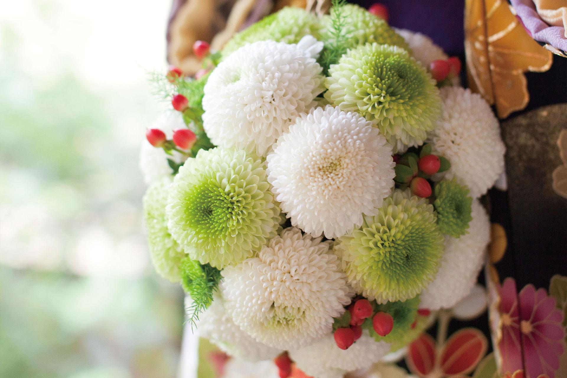 白色と緑色を基調とした装花