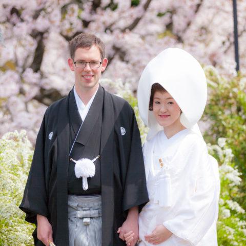 桜を背景に撮影された新郎新婦