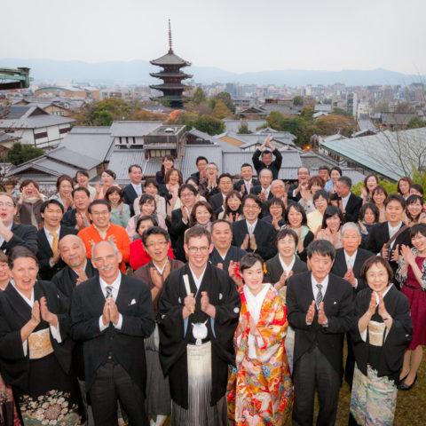 八坂の塔を背景に撮影された集合写真