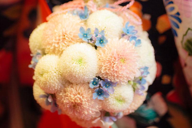白色と淡い桃色を基調とした装花