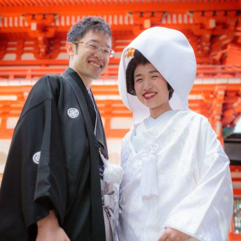 下鴨神社の門を背景に撮影された新郎新婦