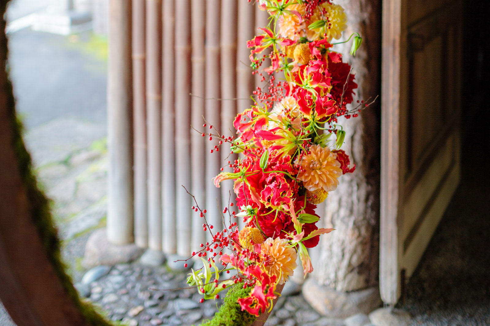 暖色を基調とした装花