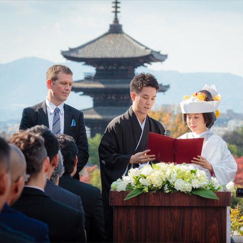 八坂の塔を背景とした結婚式の様子