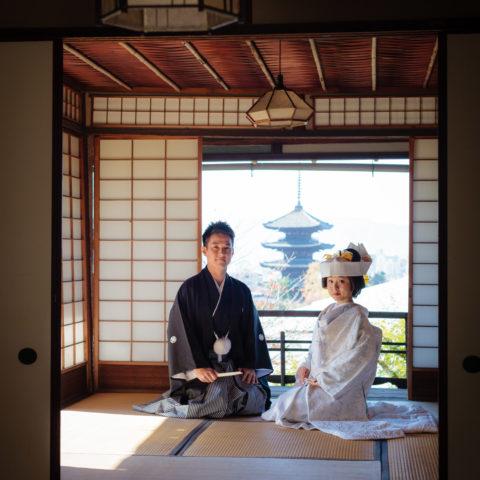 お部屋にて、八坂の塔を背景に撮影された新郎新婦