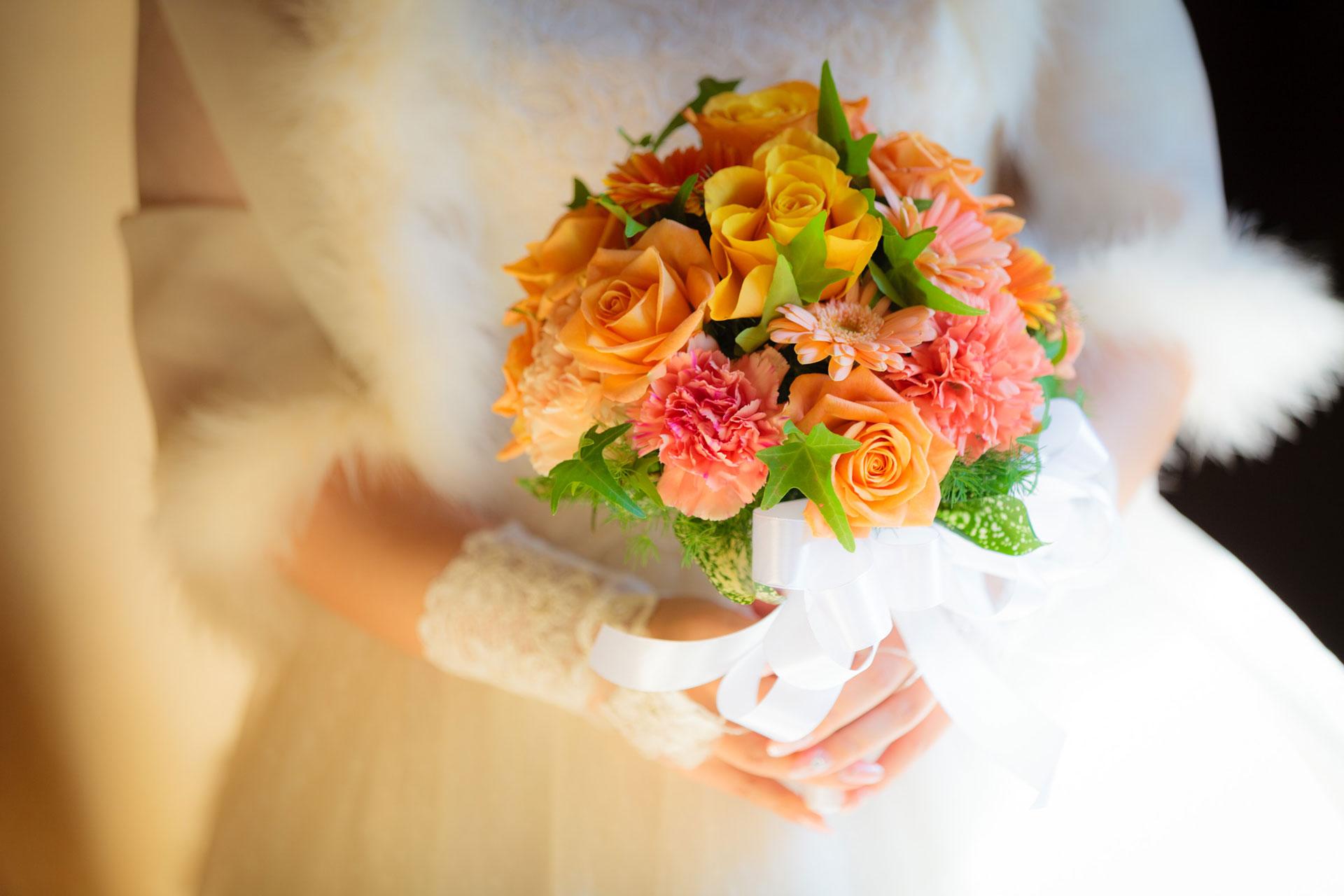 オレンジ色を基調とした装花