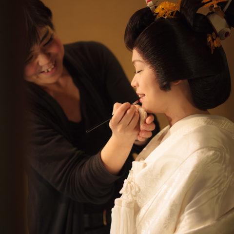 式に向けて化粧をする新婦