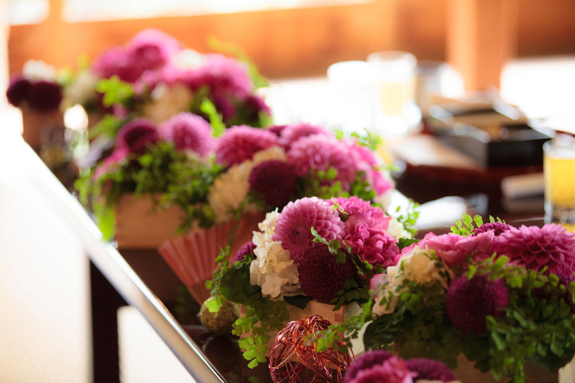 紫色と白色を基調とした披露宴の装花