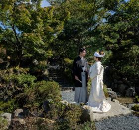 京大和の庭園にて撮影された新郎新婦