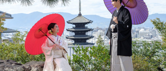 八坂の塔を背景に撮影された新郎新婦