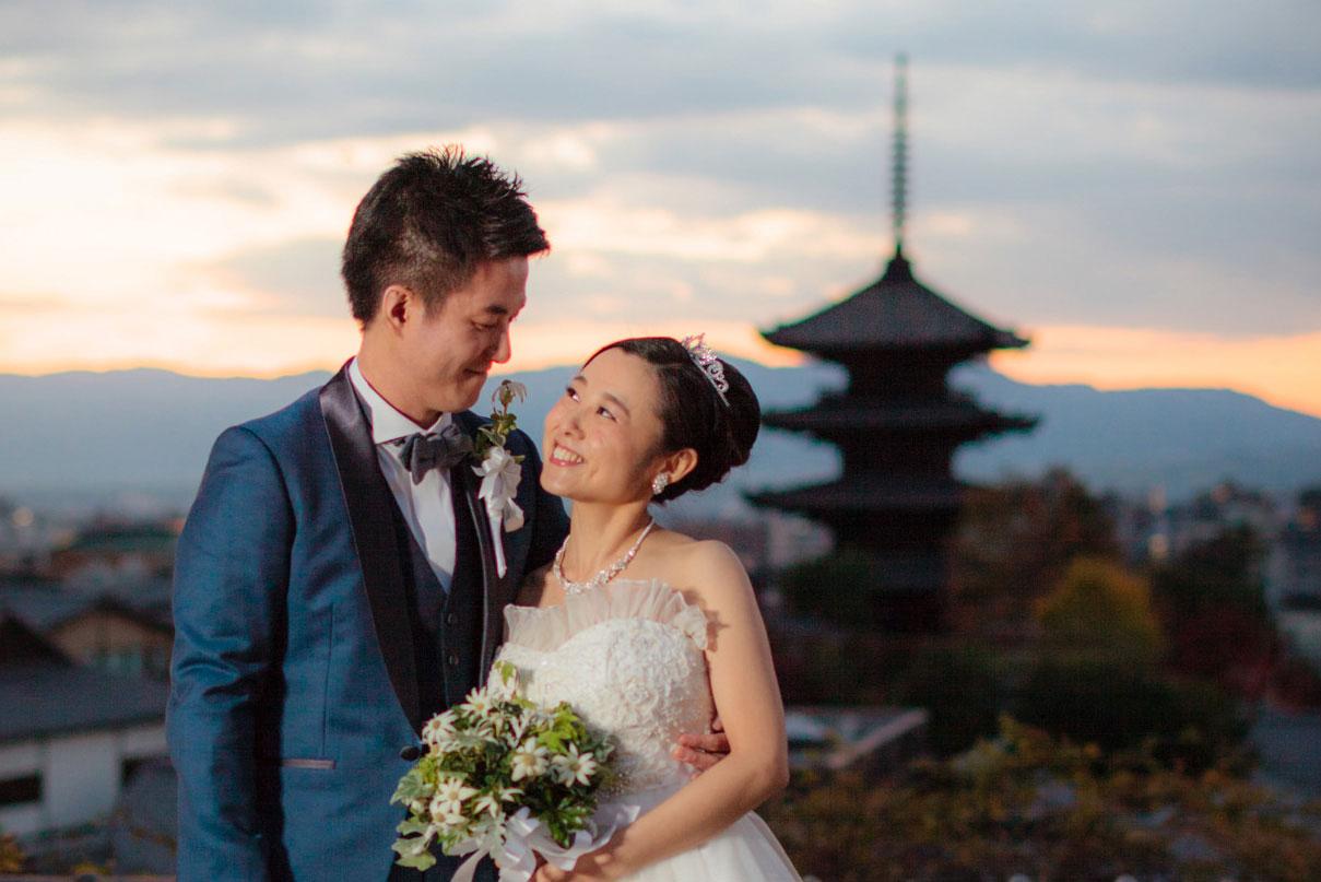八坂の塔を背景に撮影された洋装の新郎新婦