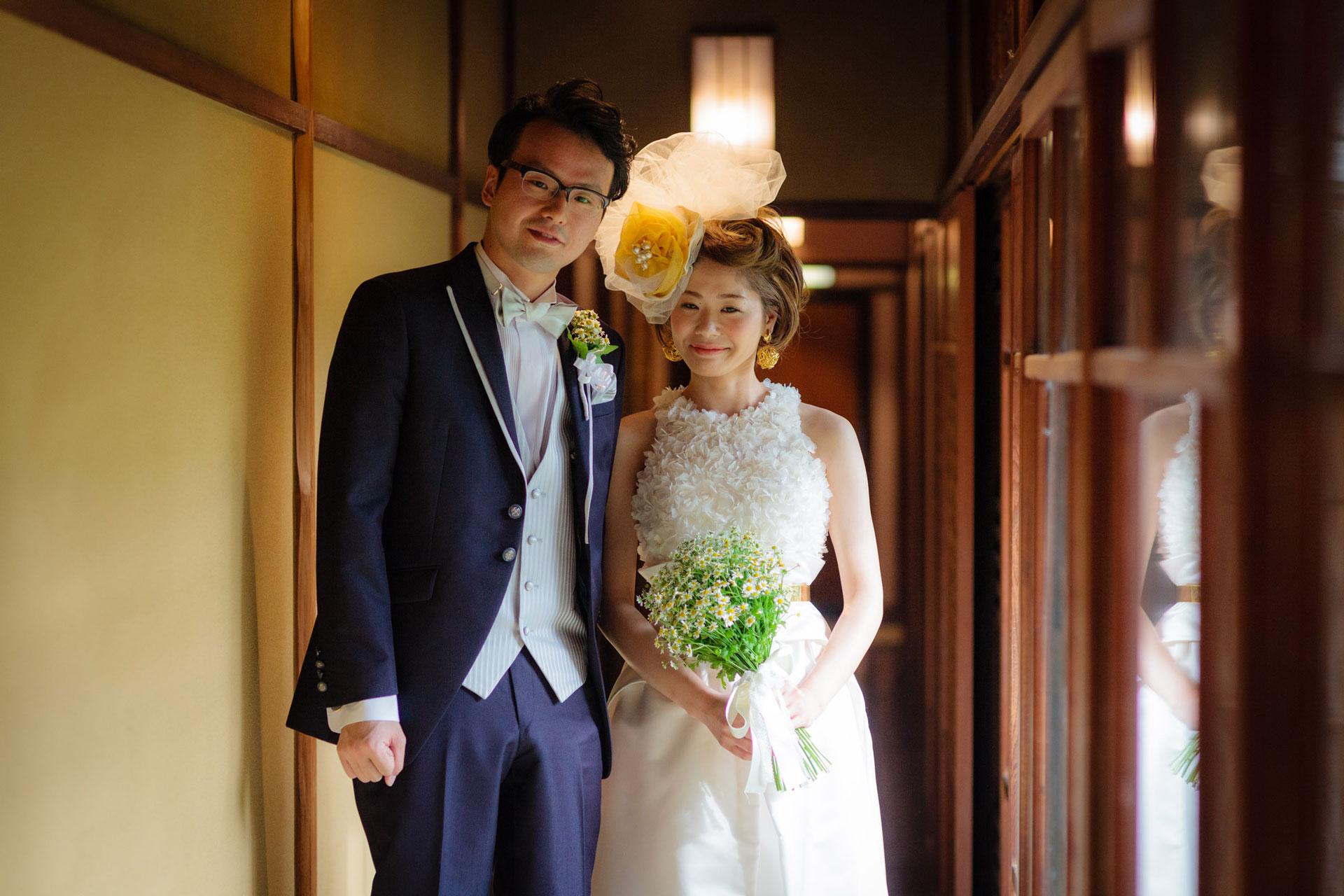 京大和の施設内にて撮影された洋装の新郎新婦