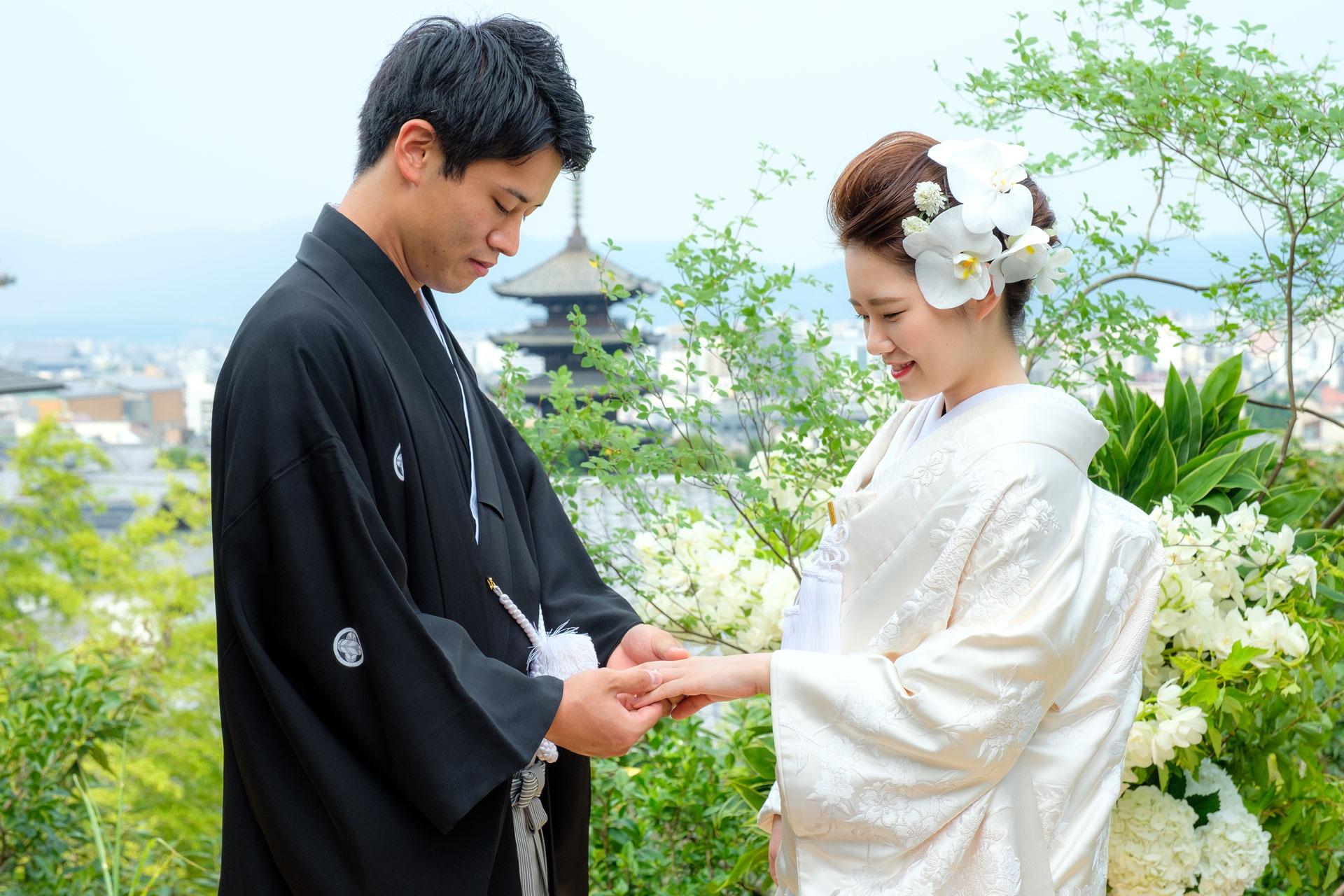 八坂の塔を背景に、花婿が花嫁に指輪を贈る写真