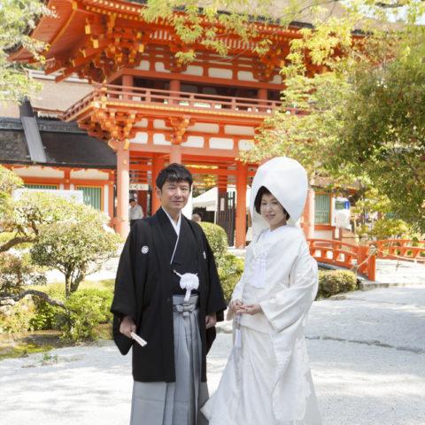 上賀茂神社の門を背景に撮影された新郎新婦