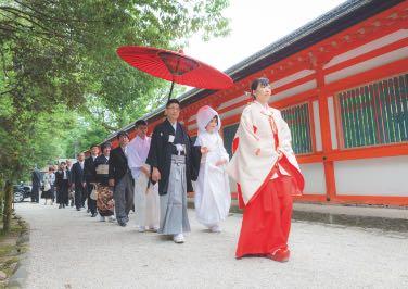神社仏閣で挙式を挙げる様子