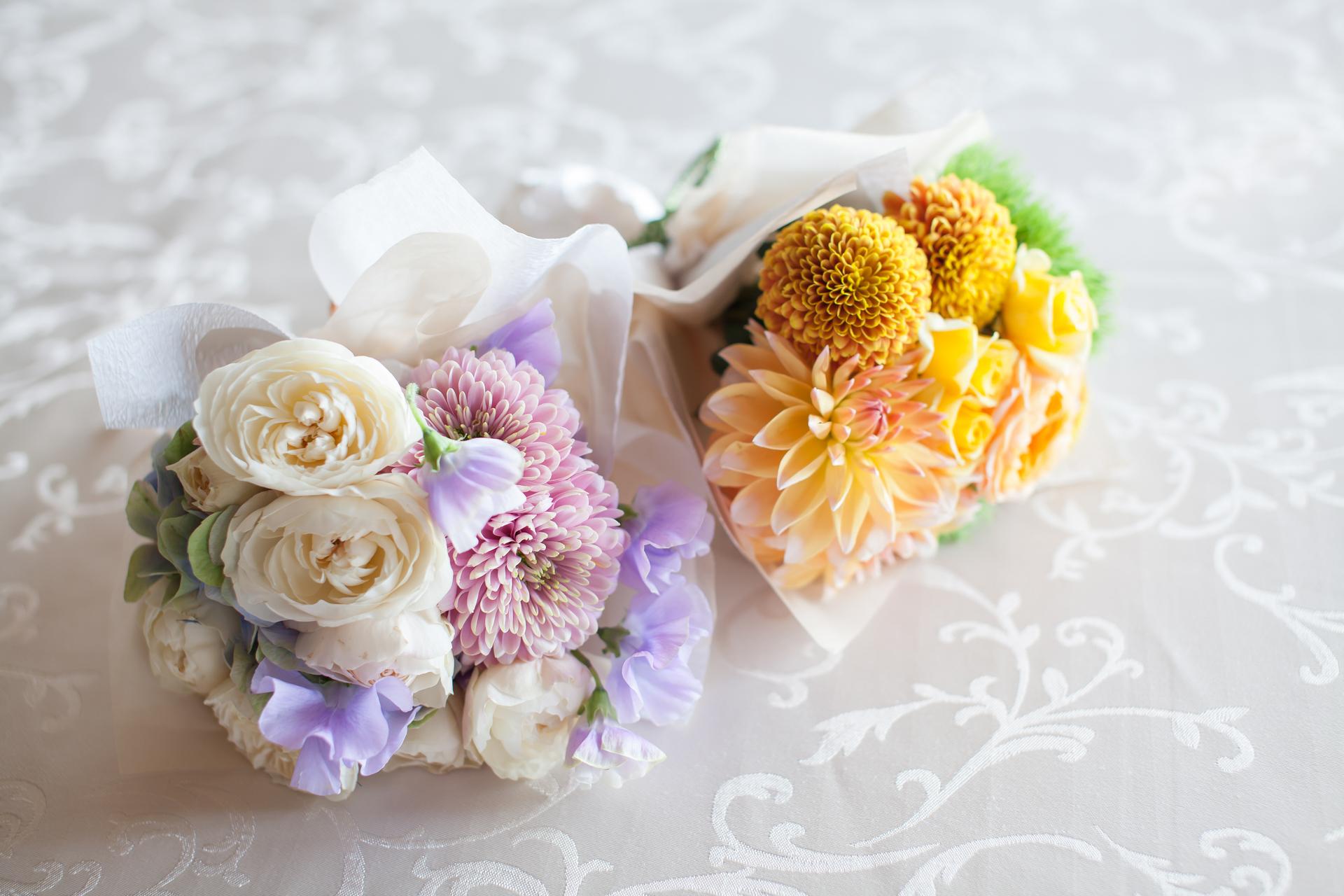 淡いピンク色の花束と黄色の可愛らしい花束