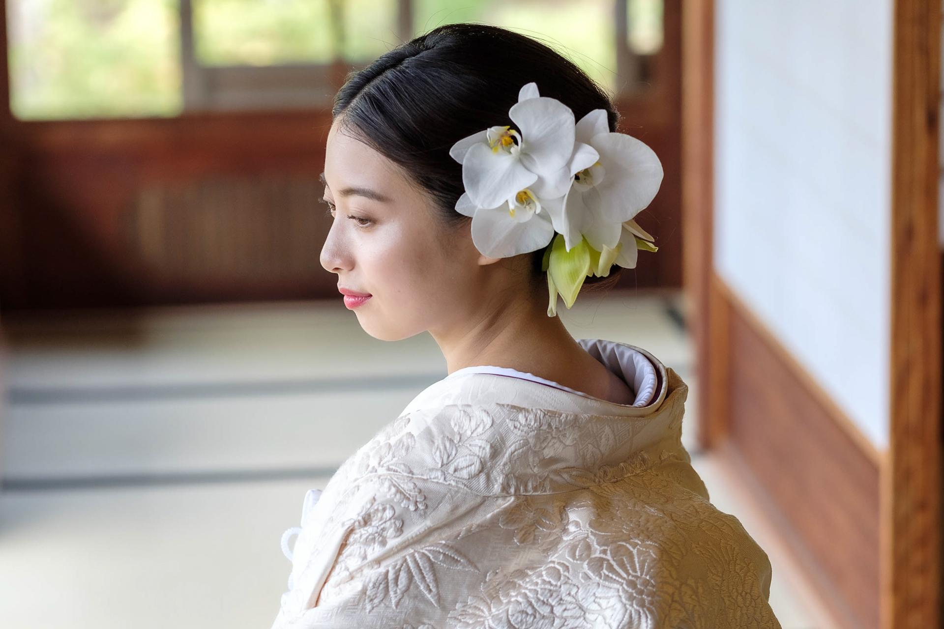 ヘア装花をつけた和装姿の花嫁