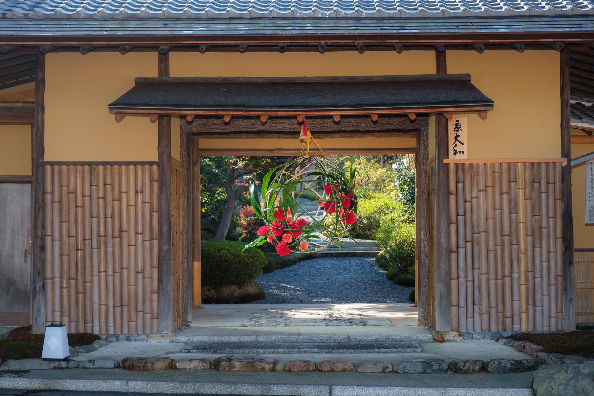 山門に飾り付けられた装花
