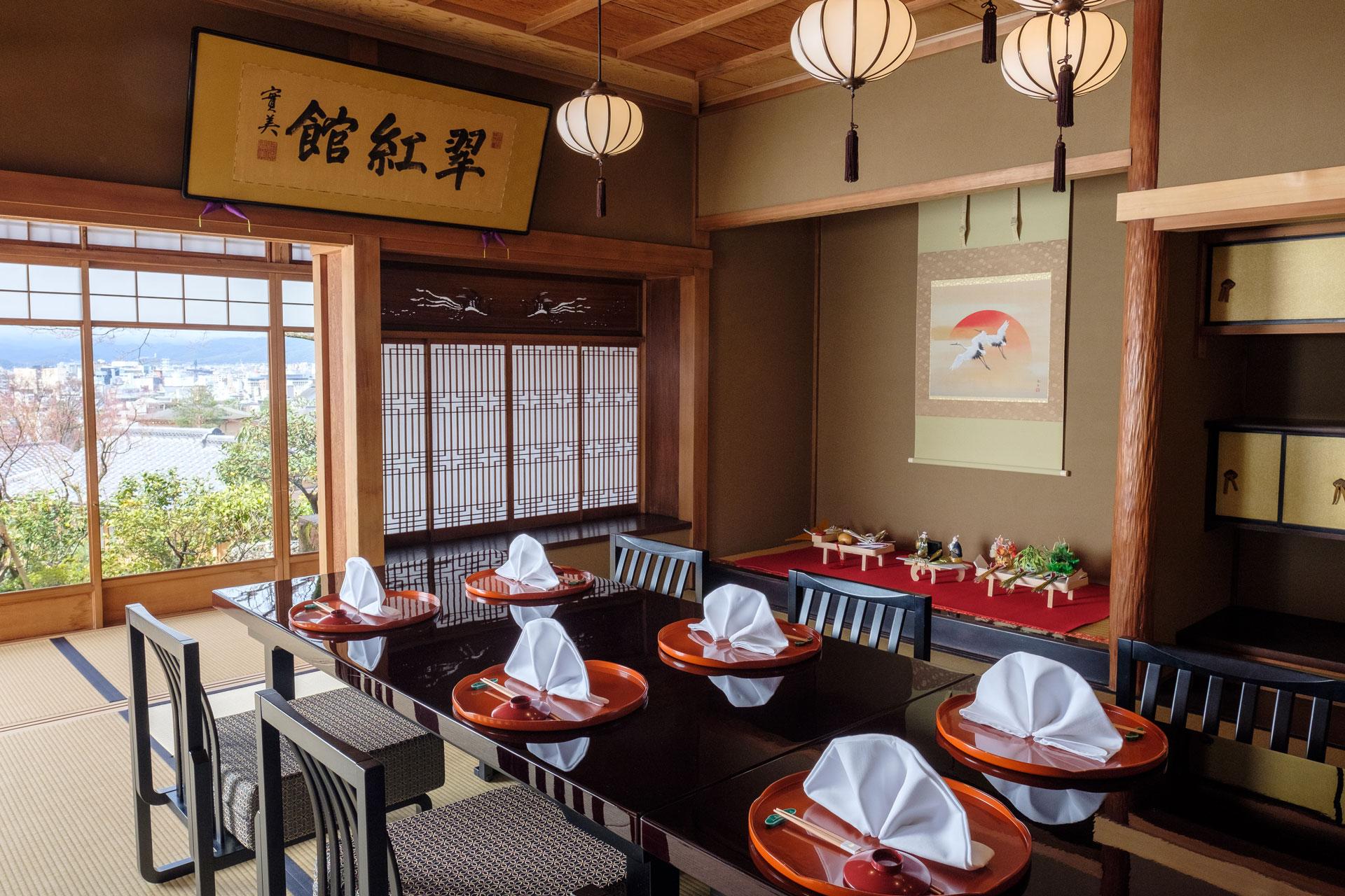京都の町並みと日本庭園を一望できる部屋