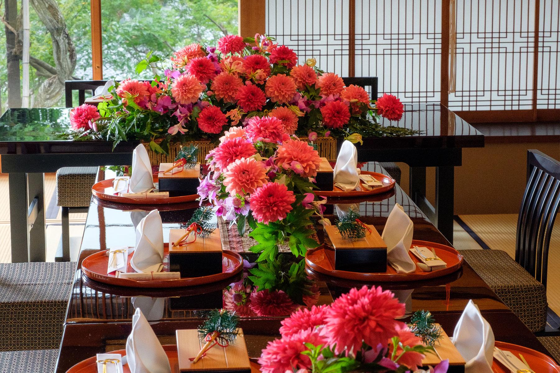 卓上に飾り付けられた桃色の装花