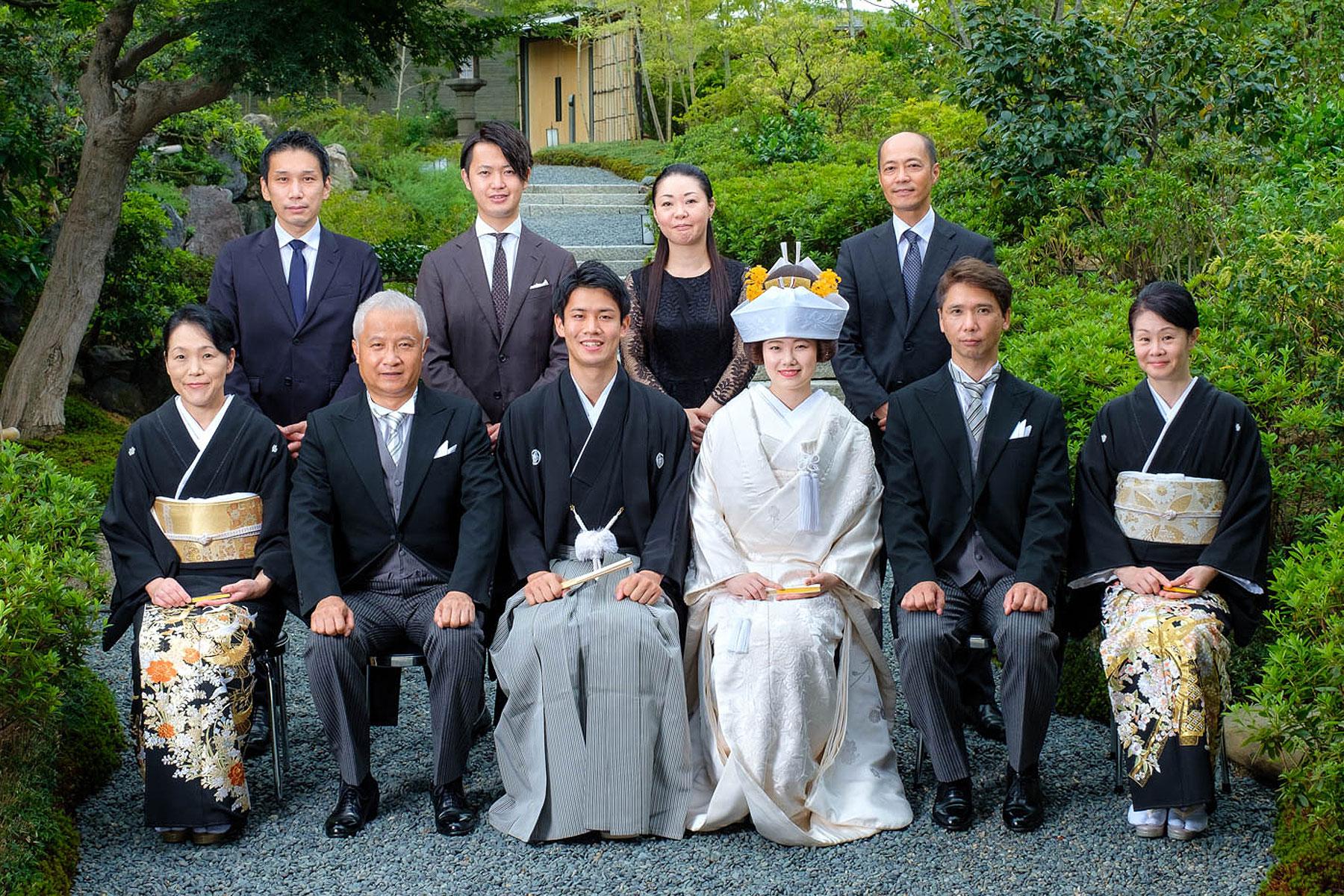 和装の新郎新婦と親族の記念写真