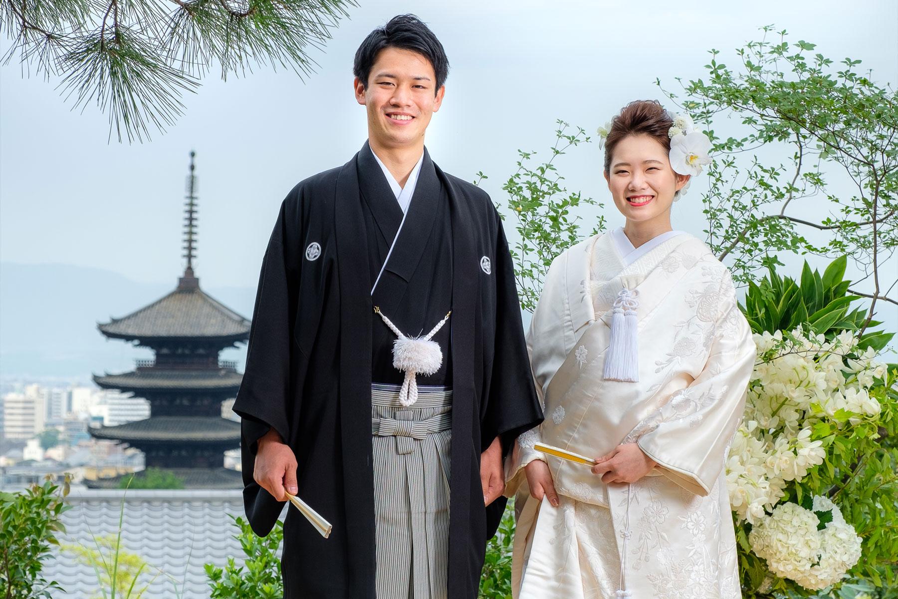 五重塔を背景とした紋付袴姿の新郎と白無垢姿の新婦
