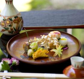 色とりどりの食材が盛り付けらている懐石料理